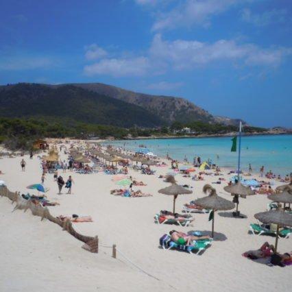 En dag på stranden vid Cala Agulla
