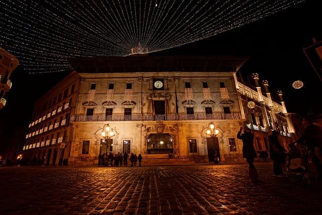 På nyårsafton är det många i Palma som beger sig till Plaça de Cort