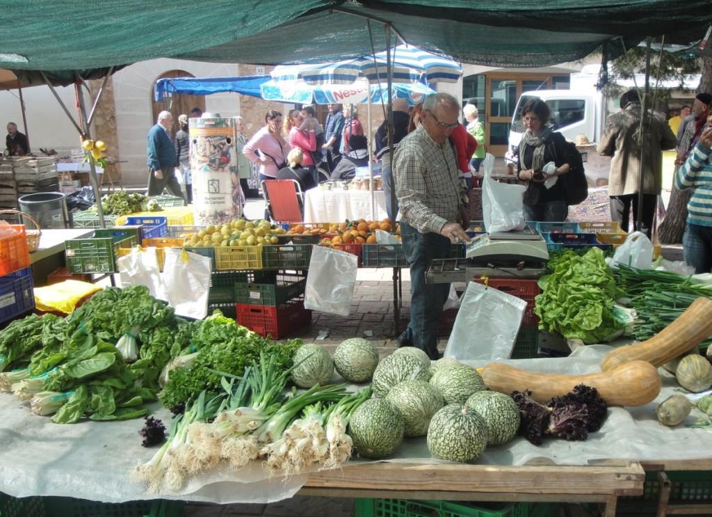 Marknaderna på Mallorca är välbesökta; med härliga råvaror och allt mellan himmel och jord